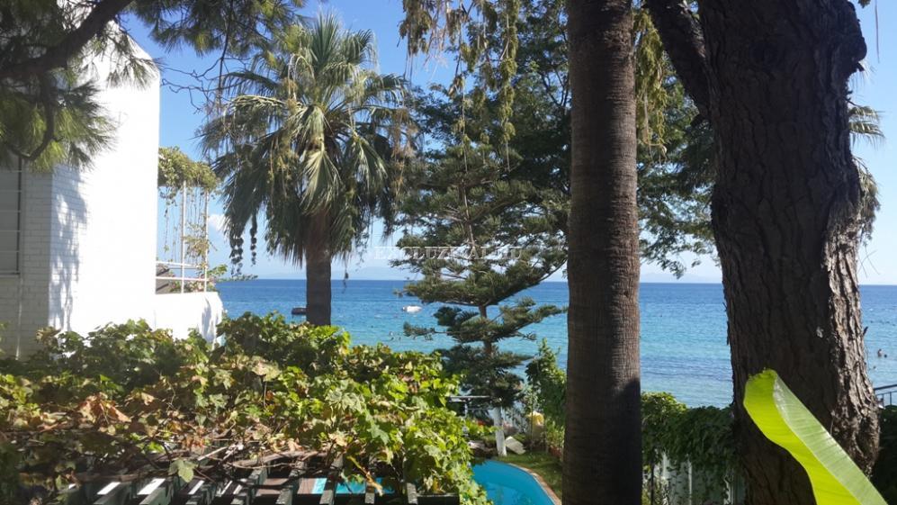 Именитая резиденция на берегу